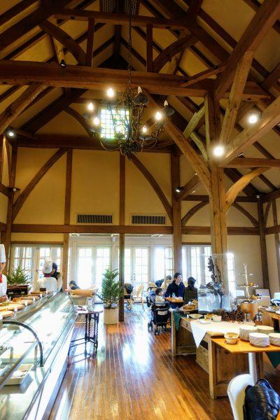 天井の高いカフェスペース