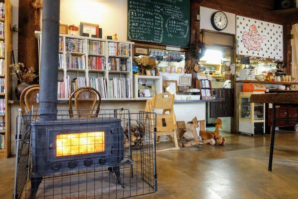 朴(もく)の店内。薪ストーブがあるのはカッコいい!そして火のゆらめきが落ち着きます。