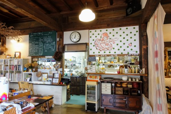 朴(もく)の店内。雑貨屋のようであり、懐かしの小料理屋のようでもあります。