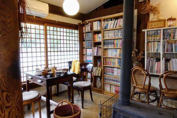 朴(もく)のテーブル席。昭和の貸本屋さんのようなお部屋です。