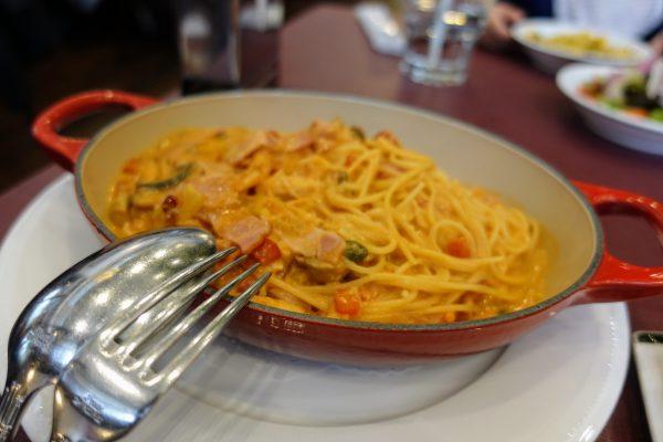 アツアツな器に盛られたスパゲッティ。トマトソースもこだわりを感じます。