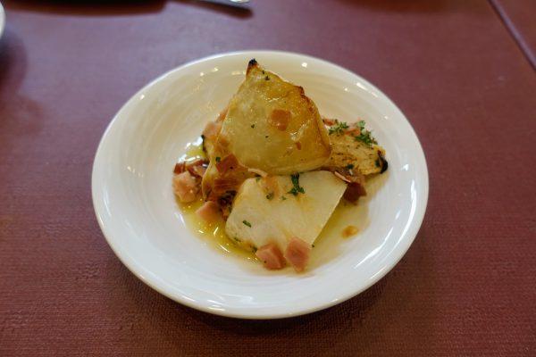 サラダバーには生野菜だけでなく温かい前菜もありました。