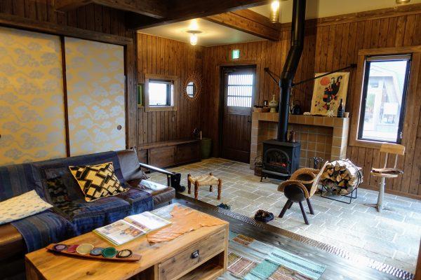 「程々の家」の内観。薪ストーブのある暮らしと木のぬくもりがいいですね。