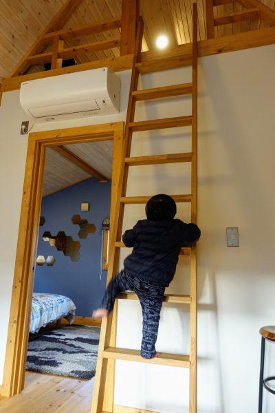 屋根裏部屋に興奮する息子氏。その気持ち、とってもわかるよ。