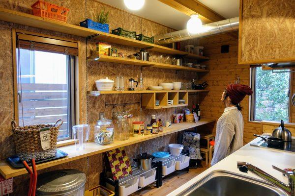 Χ(かい)のキッチン。かなり広い!魅せる収納がカッコいい!