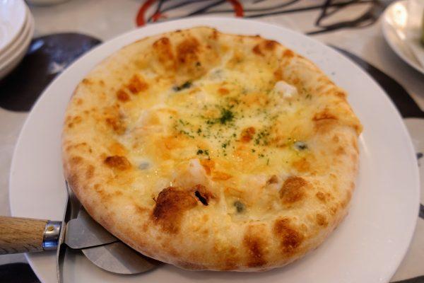 ピッツァはツナとエビのクリームピッツァにしました。