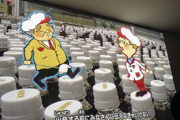 動画ではペットボトルと同じサイズのキャラクターが「紅茶ができるまで」を紹介します。