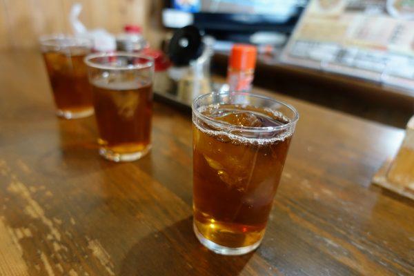 飲み物は黒ウーロン茶が無料で飲めます。黒ウーロン茶を飲めばラーメンがゼロカロリーになりますからね。