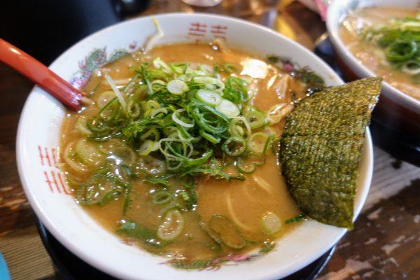 豚骨煮干ラーメン(600円)。煮干しの苦みある和風な味が旨いです。
