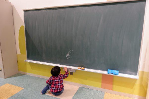 黒板に落書き。息子氏は遊びませんでしたが、小学生くらいの子には人気でした。