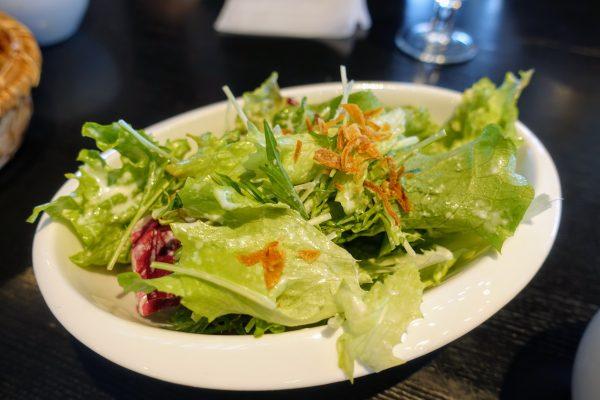 ピッツァランチのサラダ。値段を考えるとボリューム感があります。