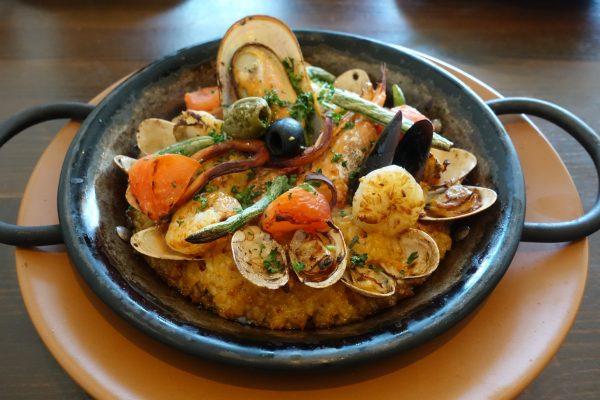 魚介のパエリア(1,389円)。お米が見えないくらいたっぷりの魚介です。