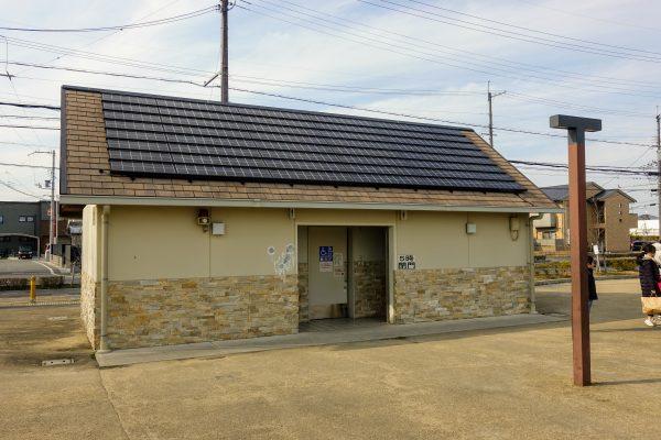 太陽光パネル付きのトイレ。比較的キレイです。