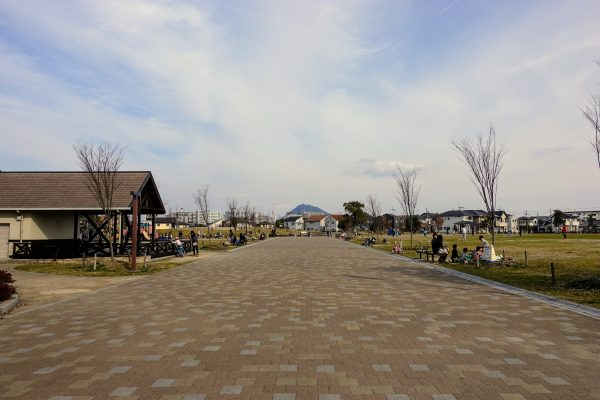 えんまどう公園の通路。芝生広場も広大のためボール遊びやフリスビーもできます。