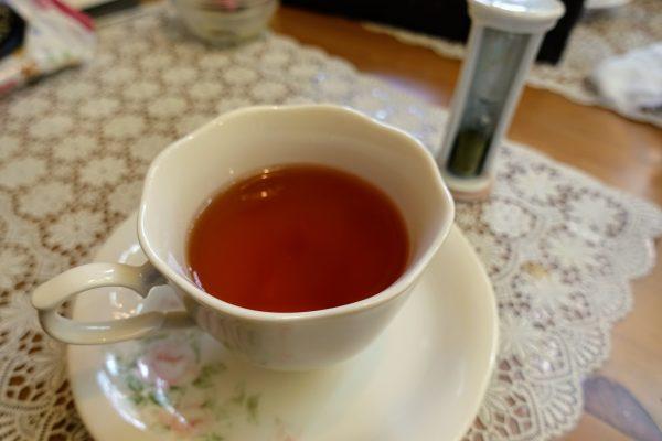 ジョイオブティー。ケーキの甘さに合わせて紅茶を選べるので、紅茶初心者でも深く楽しめます。