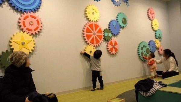 キッズスペースには手動でくるくる回せる壁ネジが大人気!