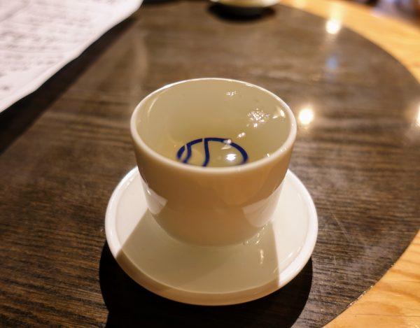日本酒(390円)。ぐい飲みを支えるお皿にまでなみなみついでくれます。