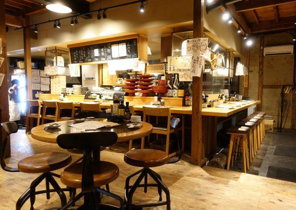 魚丸の店内。1階は明るいカウンターとテーブルがメイン。2階はお座敷。