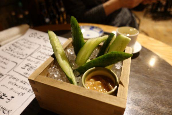 お通しのキュウリ。手作りの味噌が甘くておいしい!氷皿で冷やされてるのでシャキシャキです。
