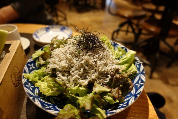 釜揚げしらすサラダ(780円)。しらすがモリモリ!塩加減がちょうどよく、サラダ下に隠された大根おろしで味変もできます。