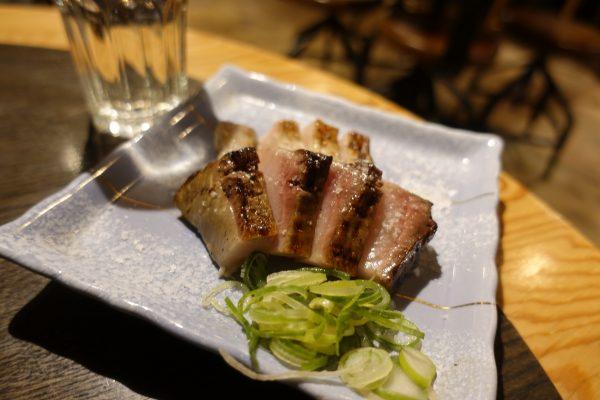 ブリの藁焼き(980円)。生臭くなくなく、やわらかいお肉を食べてるみたい。炭と藁の香りが素晴らしいです。