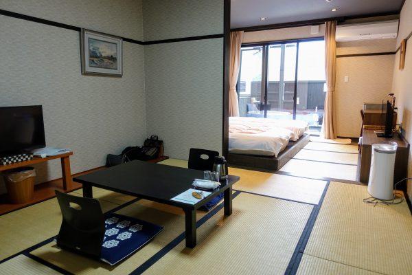 客室の写真。食事の部屋とベッドの部屋に分かれています。