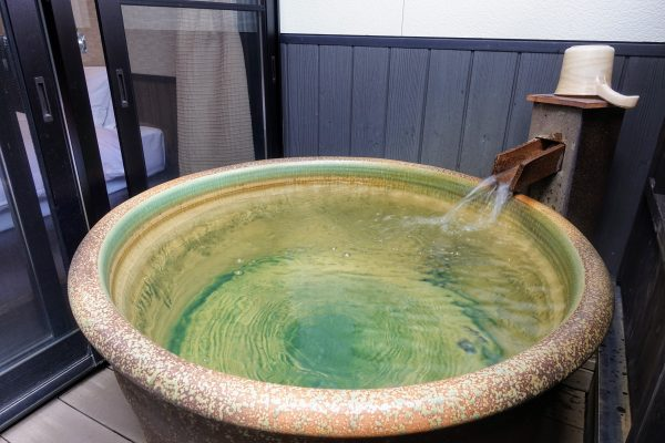 露天風呂は滋賀の焼き物である信楽焼で作られています。静けさの中で聞こえる温泉の音が良いんですよ。