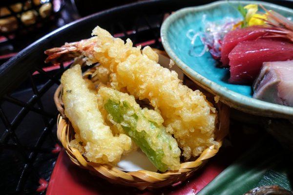 お部屋食でも天ぷらはサクサクであたたかい!海老、キス、シシトウ、舞茸。