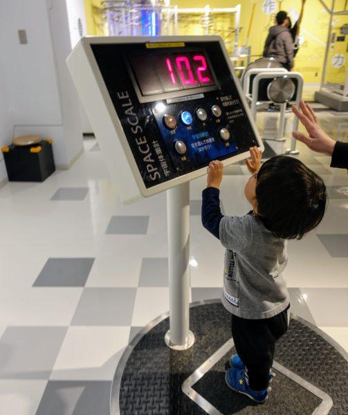 科学エリアでは各惑星での自分の体重を見ることができたりします。