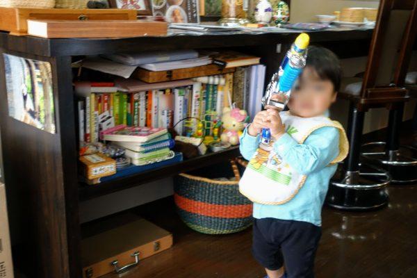 店内の本棚におもちゃが多数ありました!