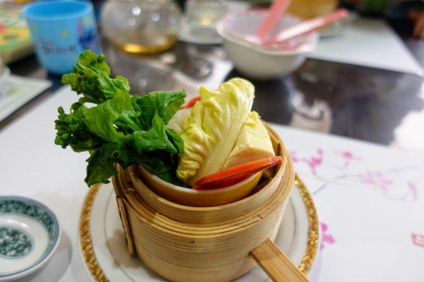 まずは温野菜から。しゃっきりとした絶妙な食感。野菜ってこんなに甘いんだ!と驚く美味しさです。