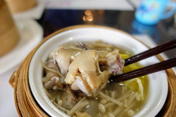 薬膳蒸し②こちらのスープもお肉がゴロン。箸で持つのが難しいほどほろほろと崩れていきます。