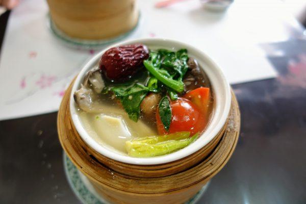 薬膳蒸し③トマトがアクセント。ちなみに薬膳スープは2歳の子供もバクバク食っていました!