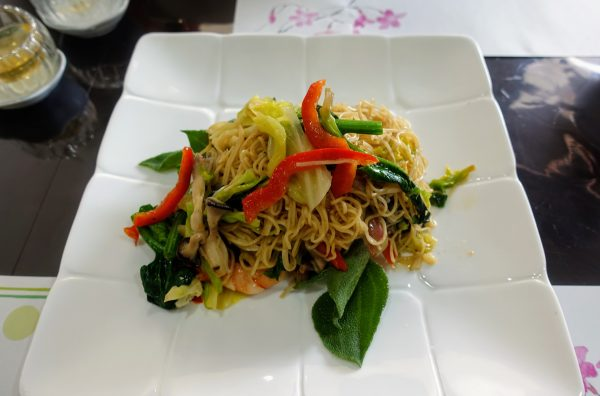 焼きそばは野菜たっぷり。プチプチした食感の珍しい野菜も使われていました。麺はビーフンに近いです。