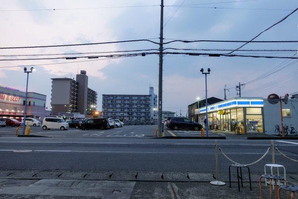 お店の目の前にあるパチンコ屋さんの駐車場