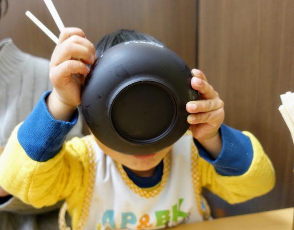 子供用には器がもらえます。テーブル席もあるので安心ですし店員さんも比較的お優しい!めっちゃ食べてました!