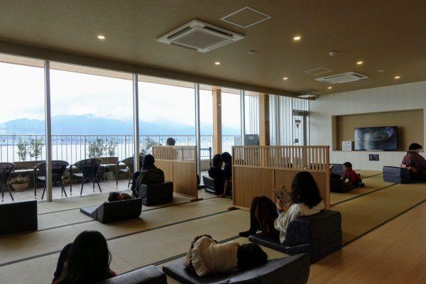 お休みどころは広々。テラス席は琵琶湖が見えてとっても涼し気です。