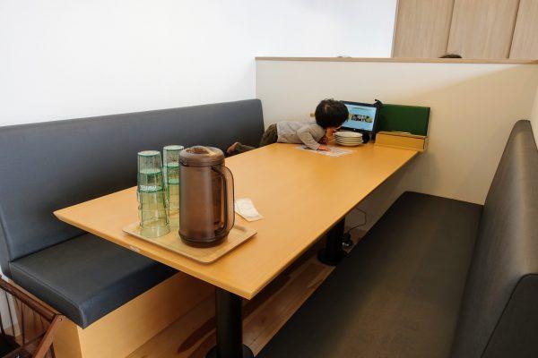 びわ湖沿いの開放的な席以外にも、家族で使いやすい半個室のようなテーブルもありました。