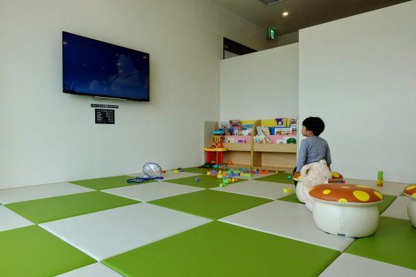キッズスペースも結構広め。おもちゃ、絵本、キッズ映画があるので子供は気に入ってましたよ!