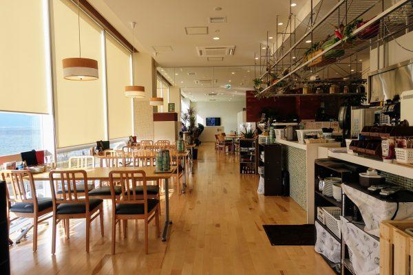 清潔感あふれるレストラン。裸足で歩くのが気持ちいいです。