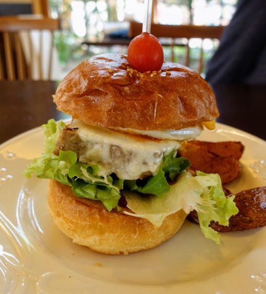 注文したハンバーガー。この巨大さが伝わりますか!?味もとっても美味しかったですよ。