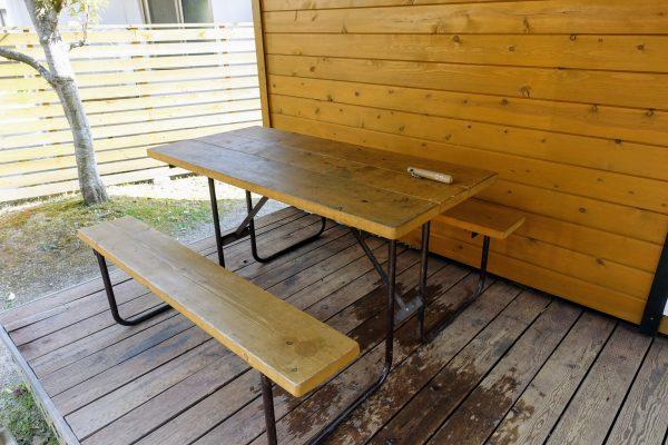 デッキに置いてあった机です。家族四人で丁度いいぐらいの大きさでした。