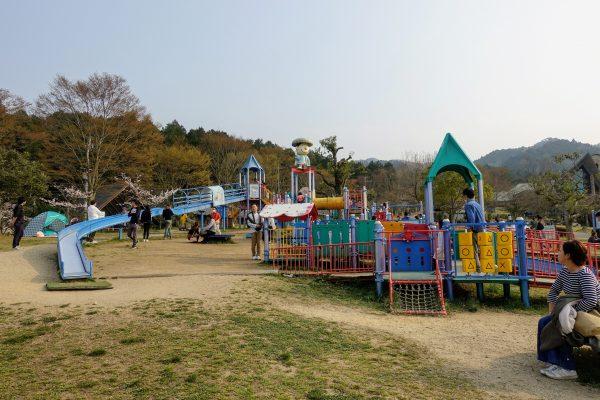 ローラー滑り台、トランポリンなど子供が喜ぶ遊具がたくさんあります!