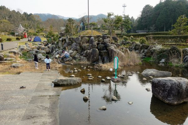 小川も流れていましたが、入ってはいけないそうです。(入っている人もいましたが…!)