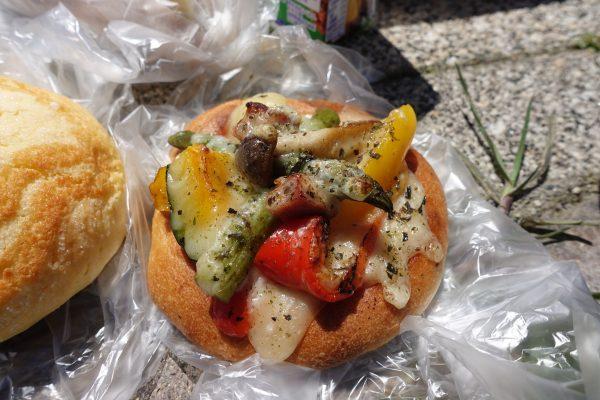 野菜ピザ風の総菜パンも美味しい!甘味あふれる野菜は焼き上げたパンならではの美味しさですね。