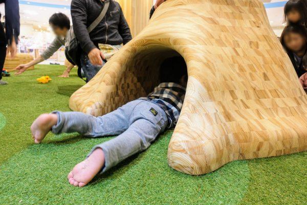 伊吹山のオブジェに潜り込んでいる息子氏。木材は角がなく安全で手触りがとってもいいです。