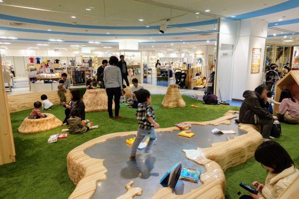 お昼時は非常に混雑していました。新しい施設ができてとっても嬉しかったのですが、草津駅前には子供とゆっくりできる場所がまだまだ少ないように感じましたね。