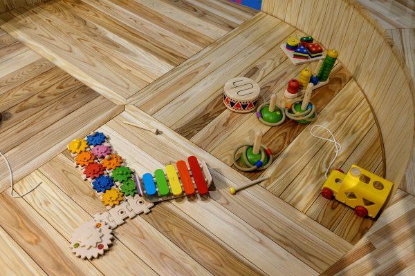 木育ひろばには遊具だけでなくおもちゃや絵本もたくさんありました。